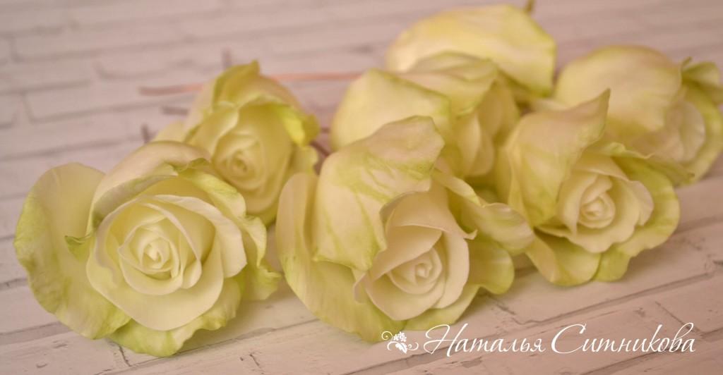 Цветы персикового цвета были на тот момент уже готовы, поэтому принялась я за розы, гортензии и зелень